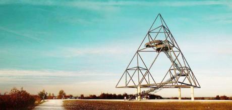 Der Tetraeder, ist ein in Form einer dreiseitigen Pyramide erbauter und frei begehbarer Aussichtsturm auf der Halde Beckstraße in Bottrop. Fotografie von Sarah Bauer: https://www.facebook.com/krokographie